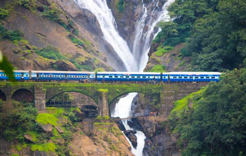 dudhsagar-falls-train-passing-goa